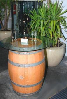 Dekofaß - Mod. PRO WEIN - Barrique, 225 l, mit Edelstahlfaßschraube als Plattenhalterung, gereinigt, abgeschliffen, Reifen gedübelt und befestigt - Überzug: klarer Kunststoff
